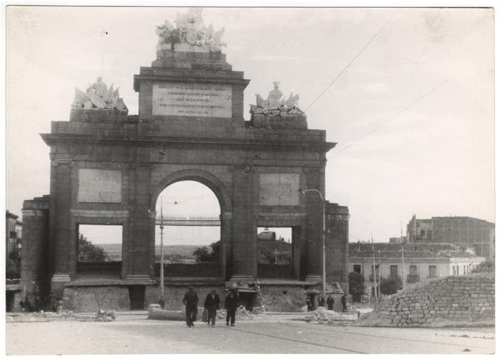 Portão de entrada com barricada. Espanha, 1937