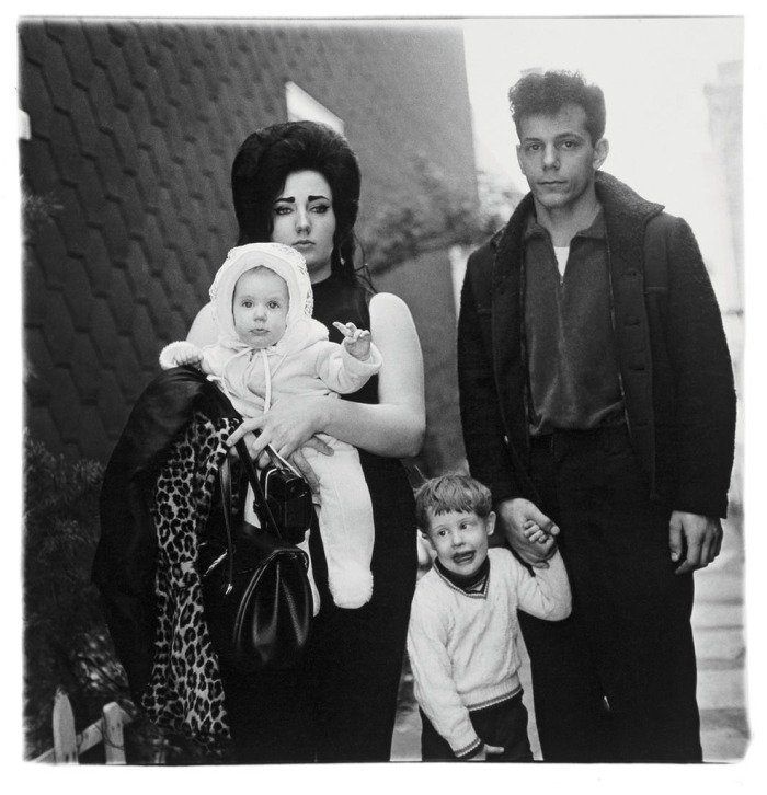 00 diane_arbus_young_brooklyn_family