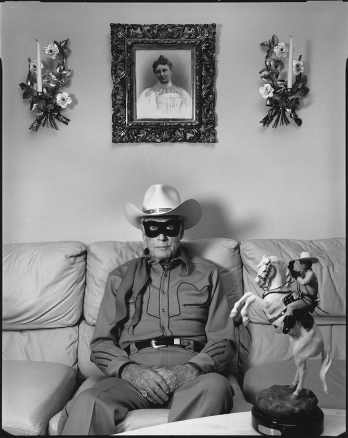 Clayton Moore, o exCavaleiro Solitário, sentado no sofá, Los Angeles Califórnia, 1992