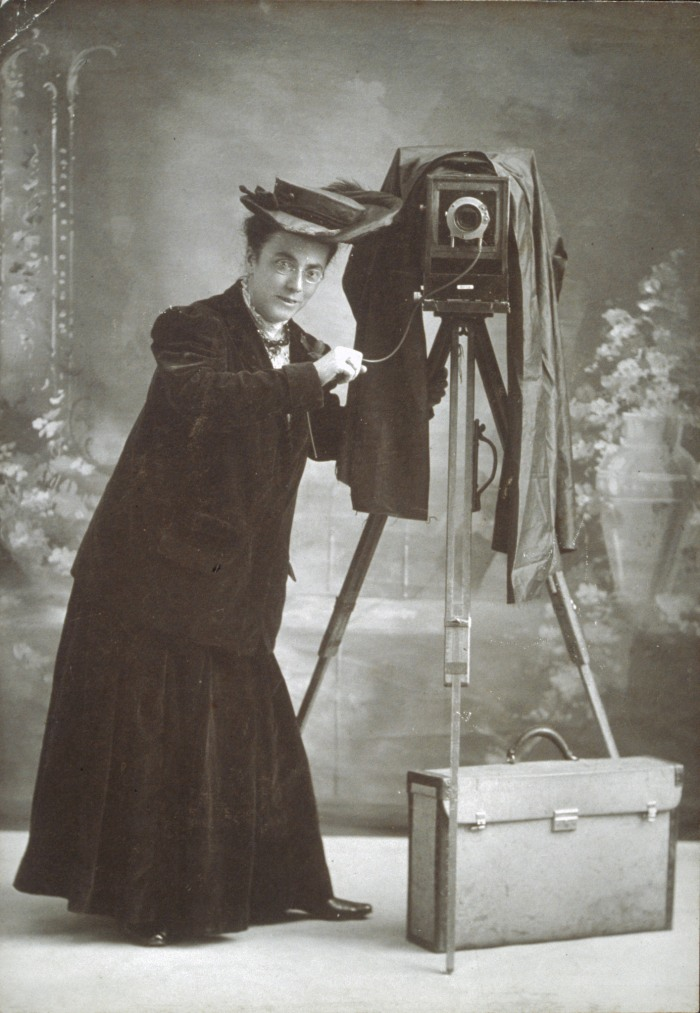 Jessie_Tarbox_Beals_with_camera_Schlesinger_Library