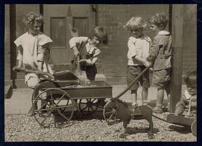 Quatro crianças brincando, 1915