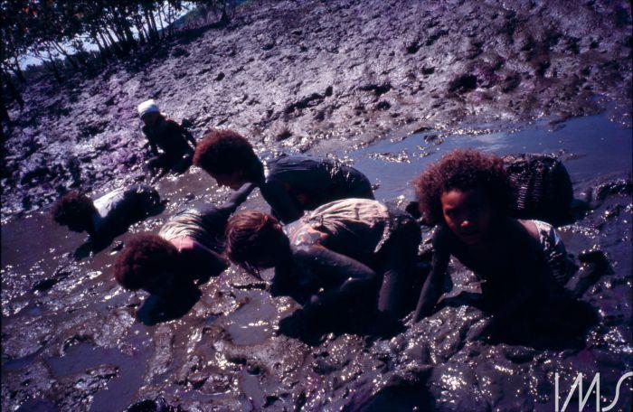 Jovens e velhas pescam na lama. Foto: Maureen Bisilliat/ Acervo Instituto Moreira Salles