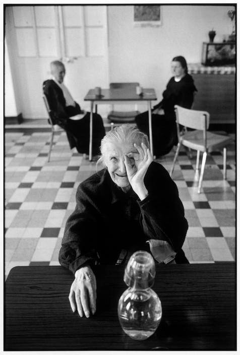Lar de idosos. Cidade de Ivry-Sur-Seine na região da França, 1975. Foto: © Martine Franck/Magnum Photos