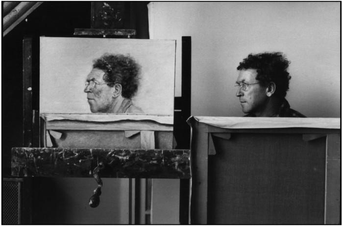 Pintor Avigdor AriKha em seu estúdio. França, 1976. Foto: © Martine Franck/Magnum Photos