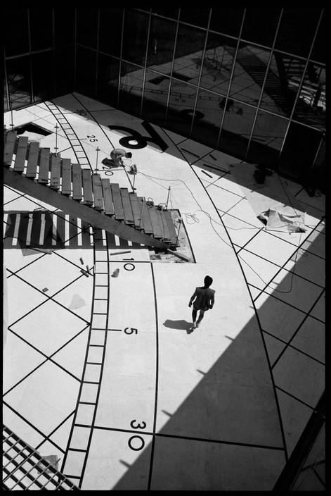 """O """"Grande Arche de la Défense"""" (zona comercial e financeira), França, 1989. Foto: © Martine Franck/Magnum Photos"""