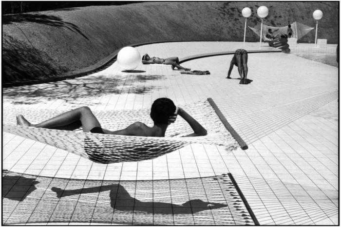 """Cidade """"Le Brusc"""". Piscina projetada por Alain Capeilleres. França, 1976."""