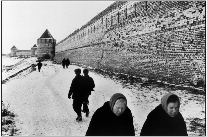 As muralhas do convento Souzdael. Rússia, 1972. Foto: © Martine Franck/Magnum Photos
